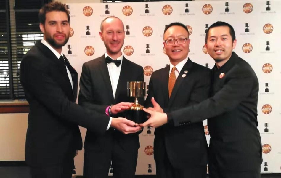 Dr. Robert H. Xiao, CEO da Perfect World (o segundo, da direita para a esquerda) e representantes da equipe de Unruly Heroes (PRNewsfoto/Perfect World Co., Ltd.)