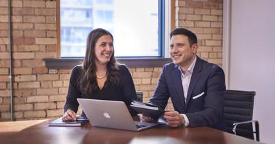 Lindsay Rudyk, presidenta de Communiqué Incentives (izquierda), con Vince Guzzi, socio gerente de Watt International (derecha). (CNW Group/Watt International Inc.)
