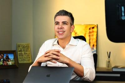 Registro de Fábio Tavares, especialista em Marketing Digital na sede da empresa Eu e Meu Negócio