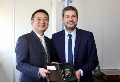 Trip.com Group Chairman James Liang (left) meets with Argentine Minister of Tourism and Sports Dr. Matías Lammens (right)