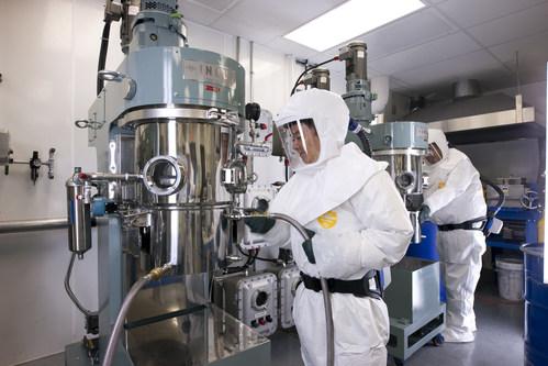 Un chercheur travaillant au Centre d'excellence en électrification des transports et en stockage d'énergie d'Hydro‑Québec (Groupe CNW/Hydro-Québec)