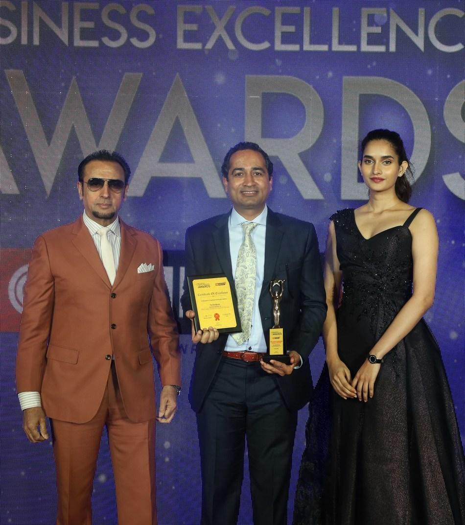Mr. Sanjay Daga, COO, Runwal Developers with Mr. Gulshan Grover and Miss Diva 2018 runner up Ms. Roshni Sheoran (PRNewsfoto/Runwal Developers)