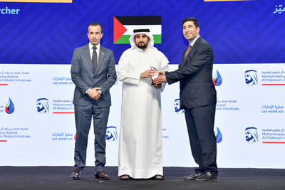 HH Sheikh Ahmed bin Mohammed bin Rashid Al Maktoum awards the Palestinian citizen, Dr. Mahmoud Shatat, the Innovative Individual Award - Distinguished Researcher category of the Mohammed bin Rashid Al Maktoum Global Water Award