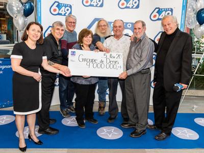 Les millionnaires sont entourés de Nathalie Tremblay, présidente des opérations - Loteries par intérim à Loto-Québec, et d'Yves Corbeil. (Groupe CNW/Loto-Québec)
