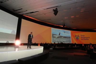 Raul Revuelta, presentando las inversiones y modernidad en los aeropuertos.