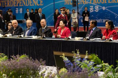 (从左往右)前阿尔巴尼亚总统阿尔弗雷德-莫伊休(Alfred Moisiu)、利比亚总统顾问法蒂-诺阿(Fathi Noah)博士、前联合国秘书长潘基文、UPF联合创始人韩鹤子博士、柬埔寨总统洪森、菲律宾副总统莱妮-罗布雷多(图源:Graeme Carmichael)