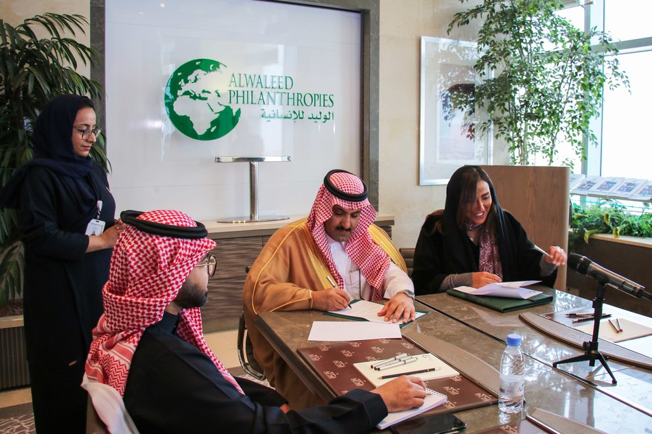 Alwaleed Philanthropies Secretary-General Princess Lamia bint Majid Al Saud (R) with Saudi Ambassador to Yemen and SDRPY Supervisor Mohammed bin Saeed Al Jabir (2nd from R) at the signing of the partnership agreement in Riyadh (5 Feb 2020)