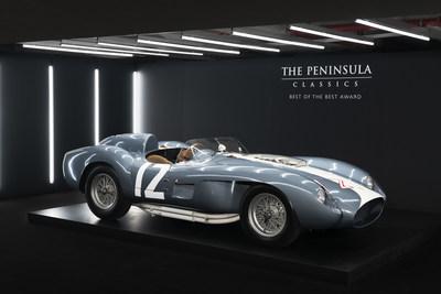 车身由斯卡列蒂制造的1958年法拉利335 S Spyder古董跑车在巴黎半岛酒店举行的第五届年度半岛经典出类拔萃大奖颁奖仪式中夺冠