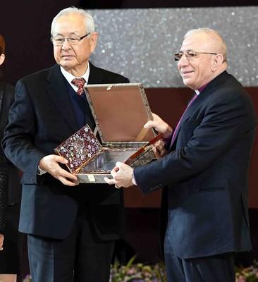 O presidente Hong entrega a placa ao presidente honorário internacional da Religions for Peace, bispo Younan. (PRNewsfoto/The Sunhak Peace Prize Committee)