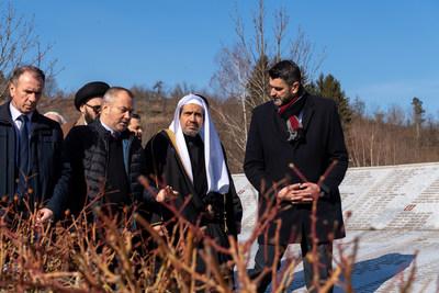 アウシュビッツへの歴史的な旅に続き、ムスリム世界連盟がスレブレニツァの犠牲者に敬意を表す