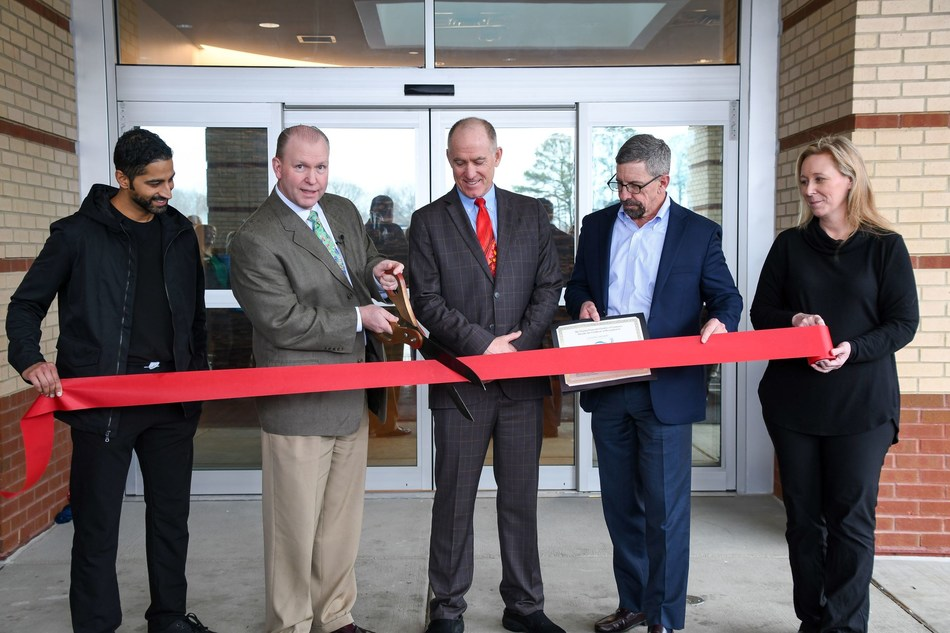 President of 580 City Center Plaza, Jeffrey Carlson, M.D. cuts the ceremonial ribbon alongside Coastal Virginia Surgery Center Board Members Raj Sureja, M.D., Boyd Haynes, III, M.D., and Jenny Andrus, M.D., and Robert McKenna, President of Virginia Peninsula Chamber of Commerce.