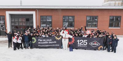 Les employés de Garant fête le 125e anniversaire de l'entreprise en compagnie de Bonhomme Carnaval. Crédit photo : DanielTphoto (Groupe CNW/Garant)