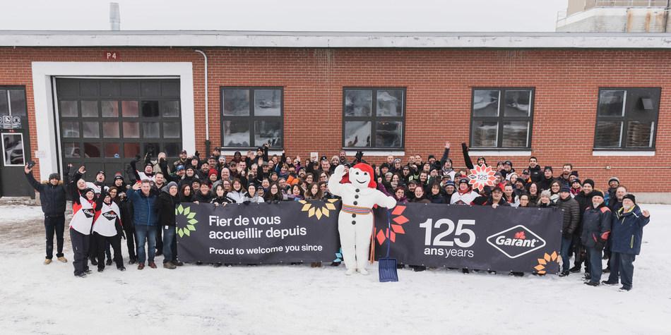 Les employés de Garant fêtent le 125e anniversaire de l'entreprise en compagnie de Bonhomme Carnaval.Crédit photo : DanielTphoto (Groupe CNW/Garant)