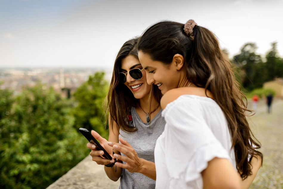 2 Girls using tech (CNW Group/FlightHub)