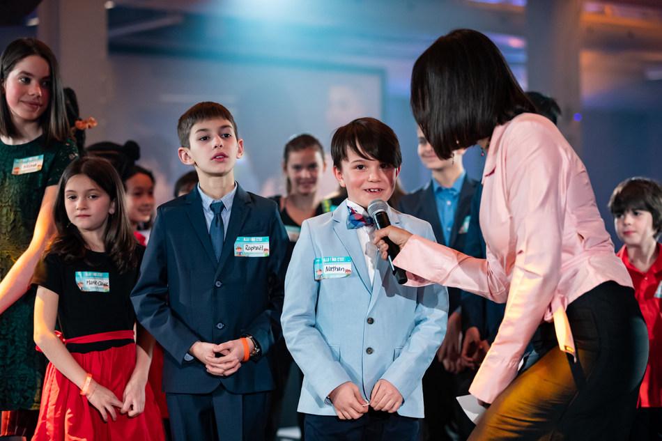 L'animatrice de la soirée, Isabelle Racicot, a interviewé sur scène de jeunes participants de la Grande journée des petits entrepreneurs. Ce segment fort apprécié des convives a permis de tourner le regard vers l'avenir. (Groupe CNW/Conseil du patronat du Québec)