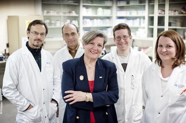 La chercheuse Monique Lacroix de l'INRS accompagnée de son équipe dans son laboratoire au Centre Armand-Frappier Santé Biotechnologie à Laval. (Groupe CNW/Institut National de la recherche scientifique (INRS))