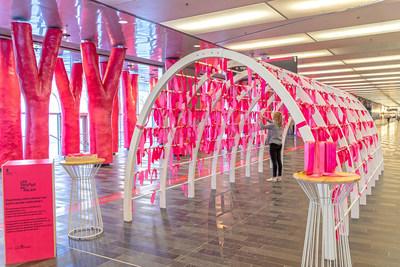 En échange d'une contribution volontaire à la Mission Old Brewery, les visiteurs peuvent inscrire un souhait d'amour sur un ruban rose pour ensuite le nouer à une arche collective. (Groupe CNW/Palais des congrès de Montréal)