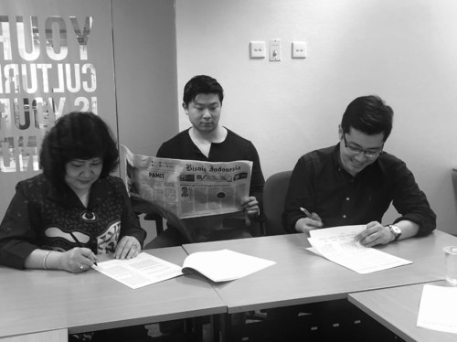 Bisnis Indonesia President Lulu Terianto (left) and FiscalNote CEO Tim Hwang (right) sign agreement to create joint venture company (Jakarta, Indonesia)