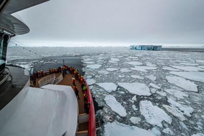 Le MS Roald Amundsen transporte des passagers au 70e parallèle sud, en Antarctique. Il s'agit du point le plus loin au sud atteint par un navire d'expédition d'Hurtigruten au cours des 127 années d'histoire de la société. (PRNewsfoto/Hurtigruten)