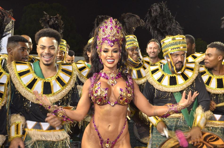 Rainha da Barroca se arrepia com desfile da escola