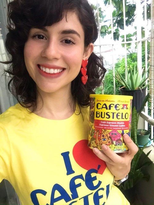 La Beca Café Bustelo® El Café del Futuro ayuda a la adjudicataria de 2019, Itza Hernandez, a trabajar con miras a su carrera en educación. Itza es una de los veinte adjudicatarios de la beca 2019. La beca 2020 está actualmente abierta. Una vez más este año, a 20 estudiantes se les adjudicarán $5000 a cada uno para ayudar a hacer avanzar sus metas educativas.