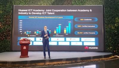 Hank Stokbroekx, vicepresidente de Servicio a Empresas, Huawei Enterprise BG, anuncia el lanzamiento de la Academia ICT Huawei 2.0 (PRNewsfoto/Huawei)