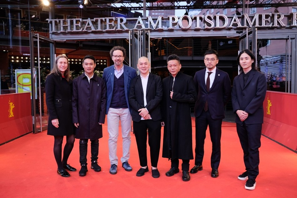 "Crews of ""Days (Rizi)"" and the director duo of Berlinale at the film's world premiere."