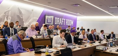 https://mma.prnewswire.com/media/1098762/microsoft_nfl_vikings_draft_room_teams.jpg