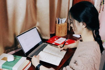 MA student Yuan Lisha takes notes during the online course