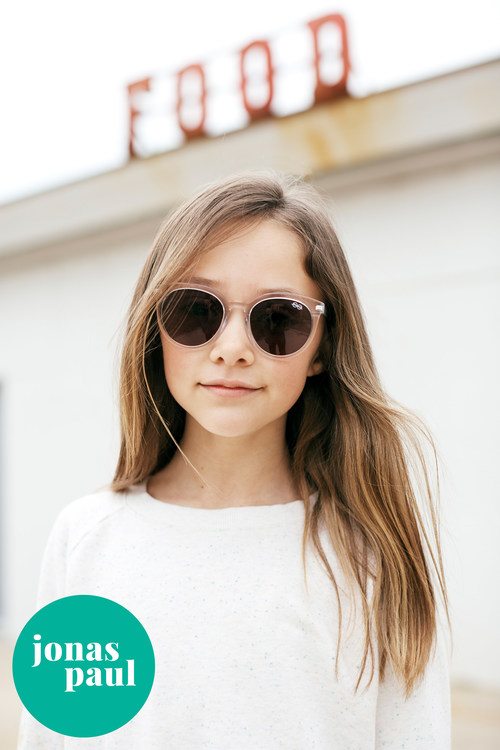 Jonas Paul Eyewear launches a new line of non-prescription sunglasses for kids. These protective sunglasses are both stylish and affordable, starting at just $29. | Pictured: The Harlow in Grapefruit