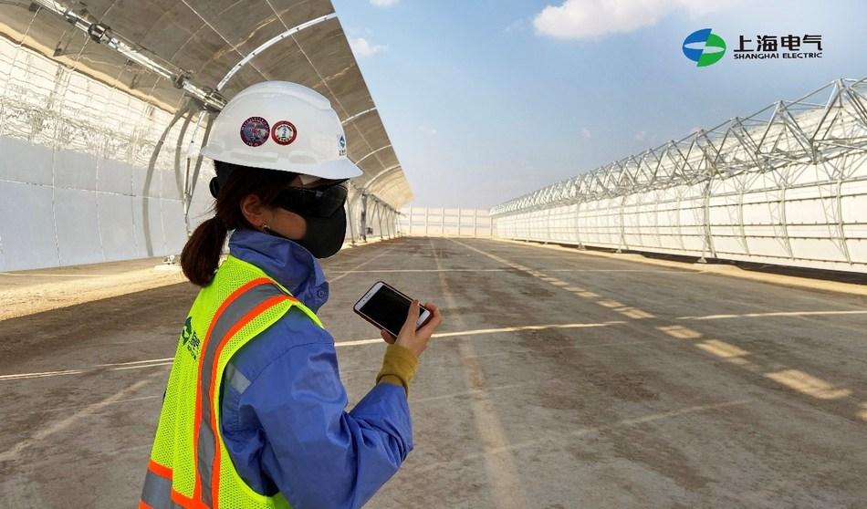 Uma trabalhadora da Shanghai Electric no local de construção do projeto de Dubai (PRNewsfoto/Shanghai Electric)