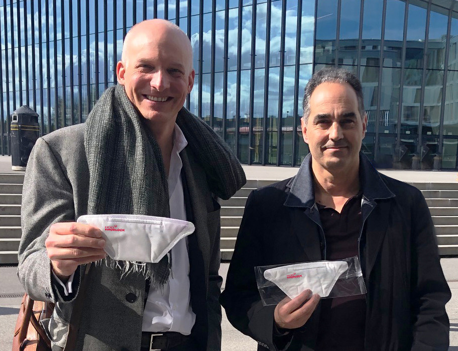 Carlo Centonze, Dr. Thierry Pelet holding the first prototype of HeiQ Viroblock NPJ03 treated face masks (PRNewsfoto/HeiQ Materials AG)