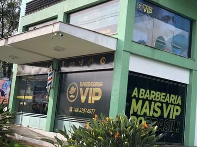 Barbearia Vip doa R$ 19 mil em shampoo para acolhimento de moradores de rua