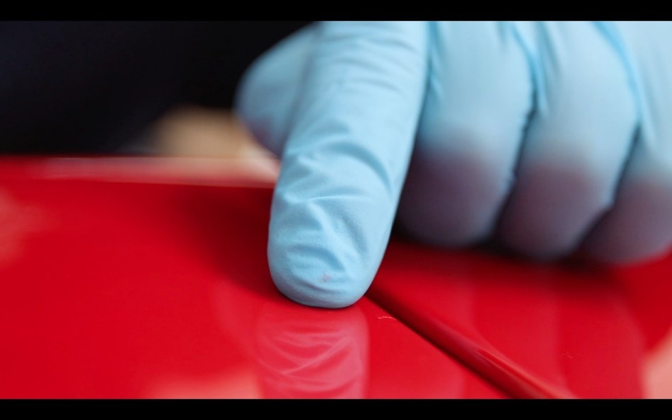 Ausbesserungslack von ChipEx kann einfach und schnell mit dem Finger aufgetragen werden.