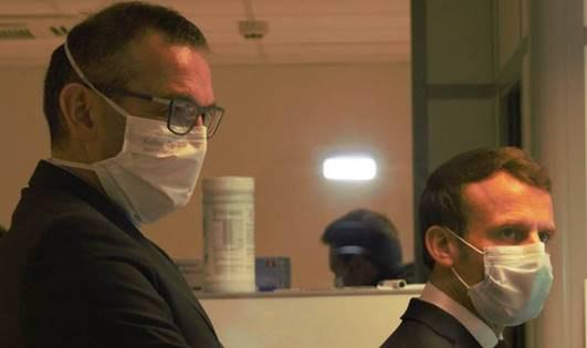 Le président français Emmanuel Macron en photo avec le directeur général de Kolmi-Hopen, Gérald Heuliez. (CNW Group/AMD Medicom Inc.)
