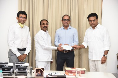 Mr Akshay Chowdhry Group-Vice President, GEF India and Mr P Chandrashekhara Reddy- Vice President, Sales & Marketing Freedom Healthy Cooking Oils Presenting a Cheque of Rs 50 Lakhs to Shri KT Rama Rao Hon'ble Minister for MA&UD, Industries and IT, Industry & Commerce, Government of Telangana, Shri. Etela Rajender, Hon'ble Health Minister, Govt of Telangana towards COVID 19 CM Relief Fund