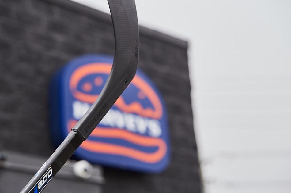 Harvey's et Bauer Hockey s'associent pour protéger les Canadiens et nourrir ceux qui en ont besoin (Groupe CNW/Harvey's Canada)