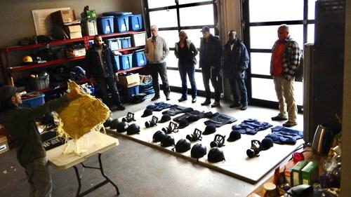 La formation en sécurité aux milieux hostiles pour les journalistes comprend la familiarisation avec les équipements de protection et les premiers secours sur le terrain. Montré: Instruction en cours dans un centre de formation, situé en Ontario. (Groupe CNW/Le Forum des journalistes canadiens sur la violence et le traumatisme)