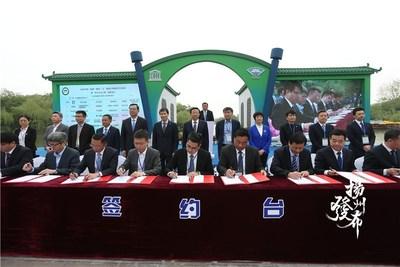 Cerimônia de assinatura de projetos no Festival Internacional de Economia, Comércio e Turismo Março Florido de 2020 da China em Yangzhou. (Foto/Voice of Yangzhou) (PRNewsfoto/Xinhua Silk Road Information Se)