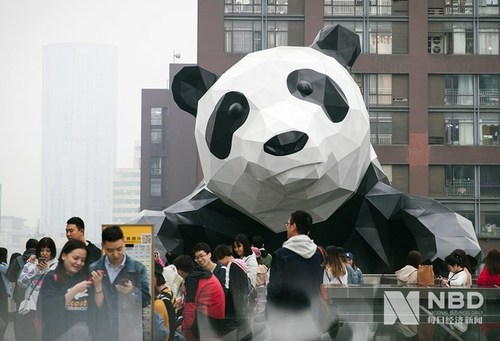 Visitors at the roof of Chengdu landmark building IFS Photo/Zhang Jian (NBD)