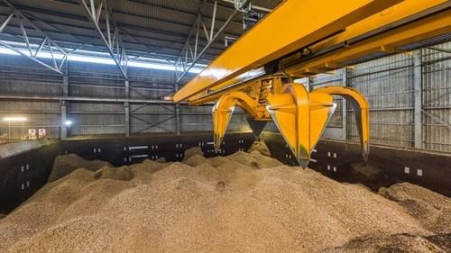 A biomass crane handling wood waste. (CNW Group/FortisBC)