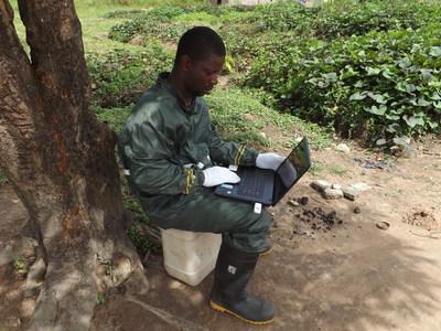 Le journaliste Libérien Kolubah Akoi a couvert l'actualité d'Ebola en 2014. Crédit photo: Kolubah Akoi (Groupe CNW/Journalists for Human Rights (JHR))