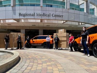 Kia Motors America comienza a entregar escudos faciales a hospitales en el Sur de California. (PRNewsfoto/Kia Motors America)