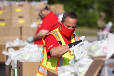 Toyota Mississippi, Mid-South Food Bank y Mississippi National Guard Reserve colaboran en almacenes móviles de alimentos para servir a los residentes del área norte de Mississippi. (PRNewsfoto/Toyota Motor North America)
