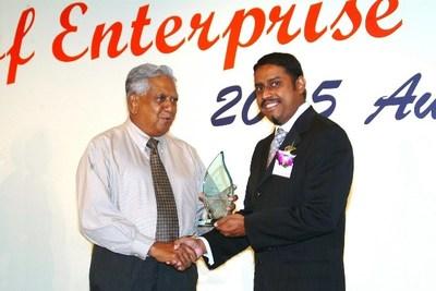 fyr, recibiendo el premio honorario 'Espíritu de Empresa' del difunto presidente de Singapur, S.R. Nathan, por la difusión de su programa de radio y su contribución a la industria de los eventos de empresas en 2005.