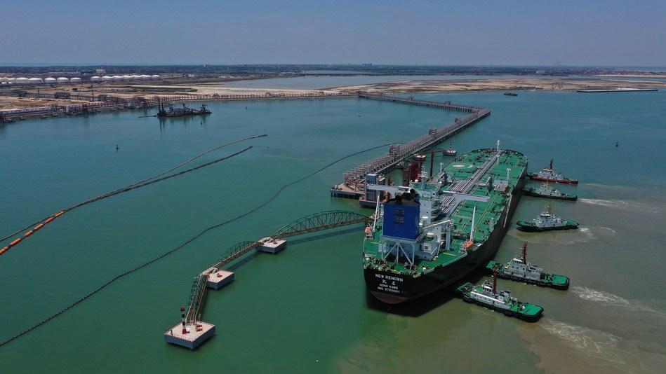 O New Renown, navio-tanque de petróleo cru (VLCC), vindo do Oriente Médio, atracou no terminal petrolífero de 300.000 toneladas no Porto da Refinaria Zhongke da Sinopec (PRNewsfoto/Sinopec)
