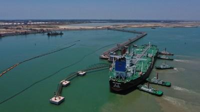 Petrolero de crudo (VLCC) New Renown de Medio Oriente, atracado en la terminal de petróleo crudo de 300.000 toneladas del Puerto Refinería Zhongke de Sinopec. (PRNewsfoto/Sinopec)