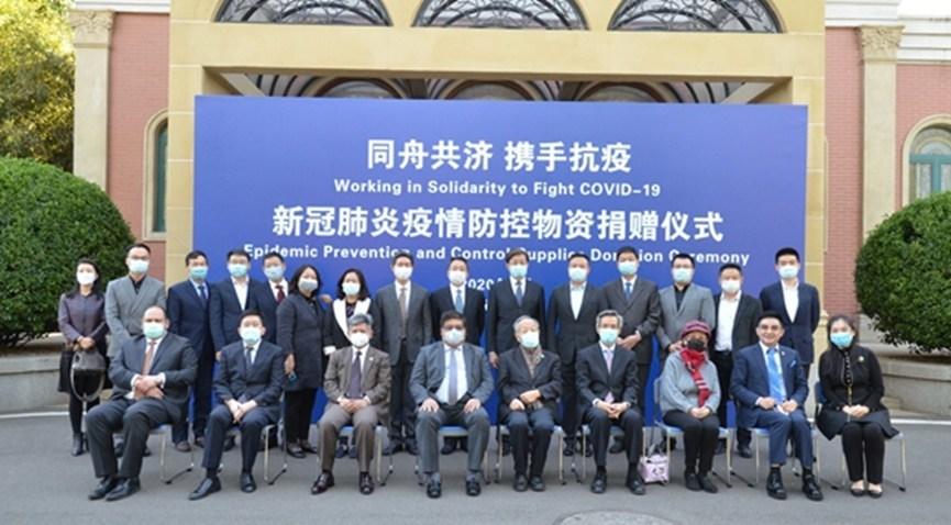 Foto de grupo de líderes e convidados participando com doações (PRNewsfoto/Hangzhou Realy Tech Co. Ltd.)