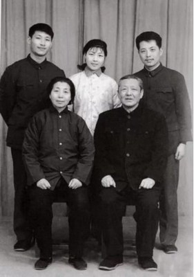 Xi Jinping's family photo in 1975. /CCTV