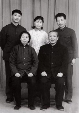 Une photo de la famille de Xi Jinping en 1975. /CCTV (PRNewsfoto/CGTN)